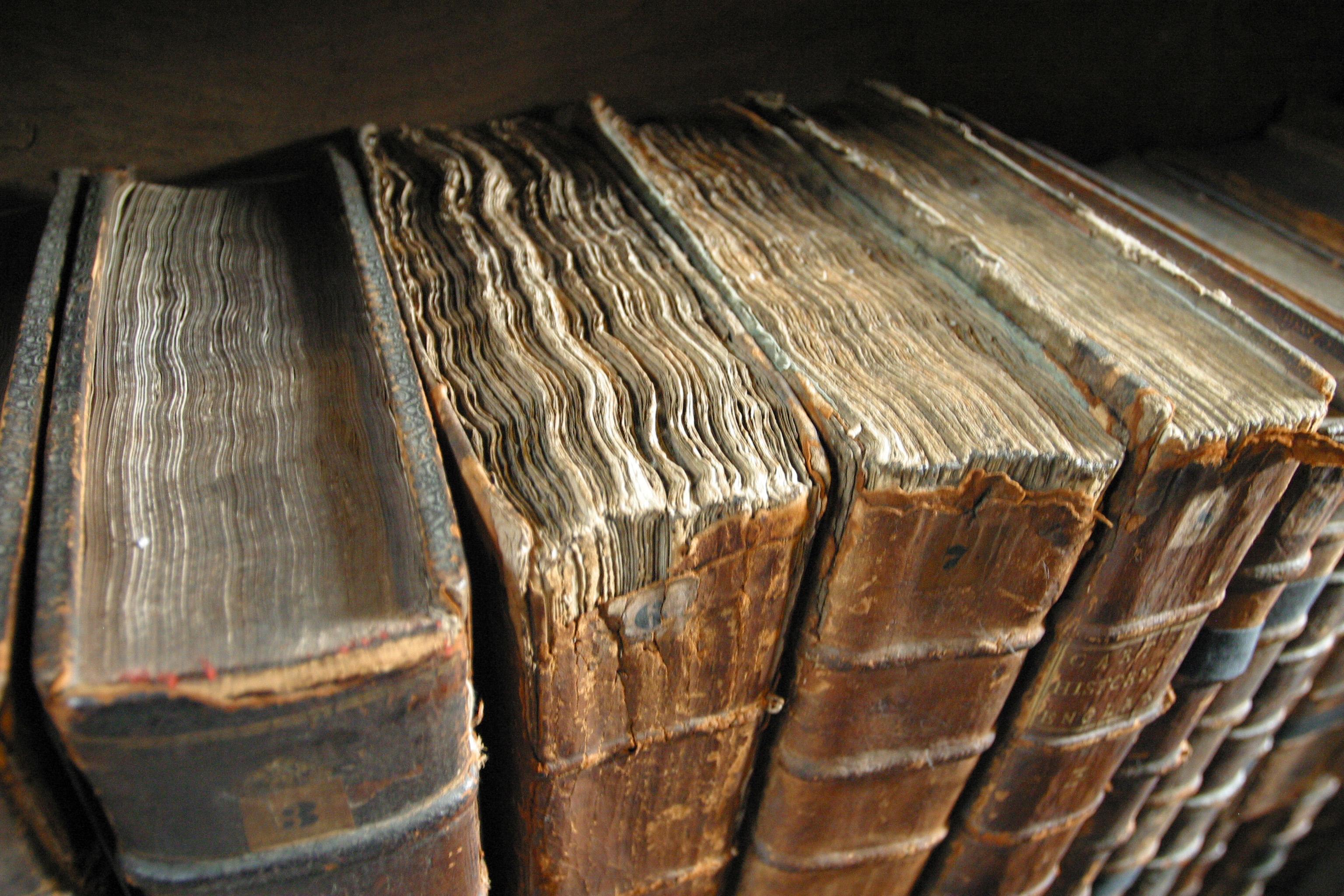 Reliures de livres anciens, à la bibliothèque du Merton College, à Oxford (Angleterre).